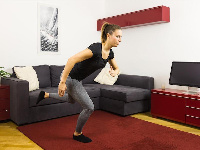 Trainiere Bein-, Gesäß-, Rücken- und Bauchmuskulatur mit Gleichgewichtsübungen.