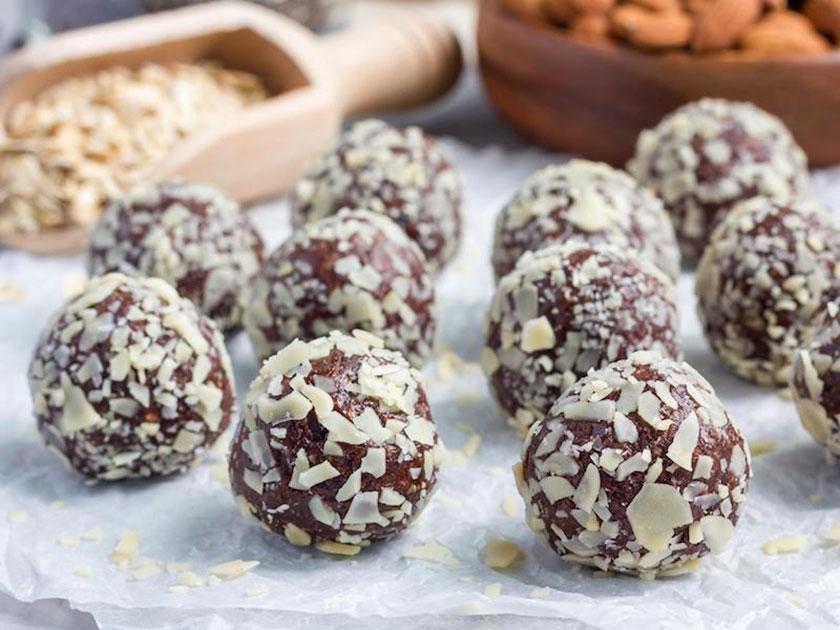 Genieße deine selbstgemachten Schoko-Protein-Kugeln als gesunde und eiweißreiche Low Carb Süßigkeit.