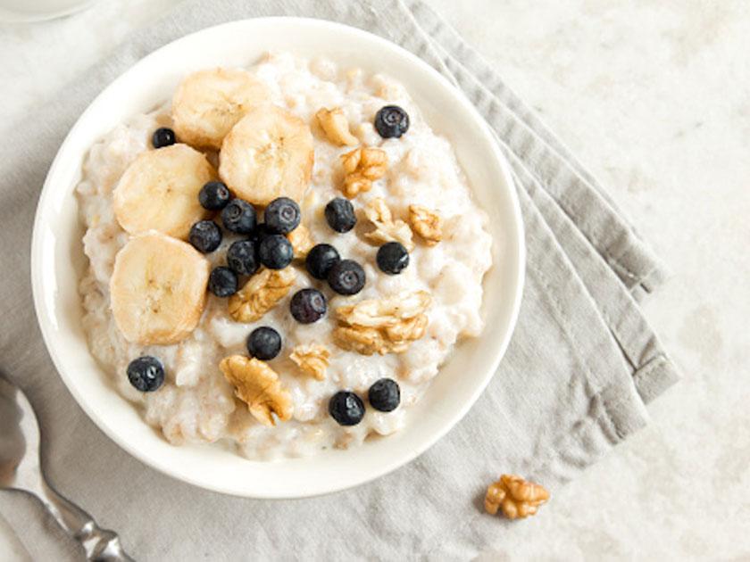 Fitness-Müsli mit Haferflocken und Obst ist ein idealer Post-Workout-Snack.