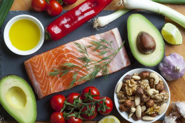 Eine ausgewogene Faszien-Ernährung versorgt dein Bindegewebe mit Vitaminen, Mineralstoffen und Proteinen.