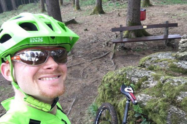 Am Rad durch die Natur zu fahren macht Spaß.