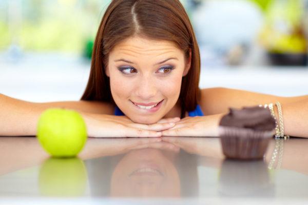 Bevorzugst du unverarbeitete Lebensmittel wie Äpfel, statt zuckerhaltige Muffins, kannst du rasch Kalorien sparen.