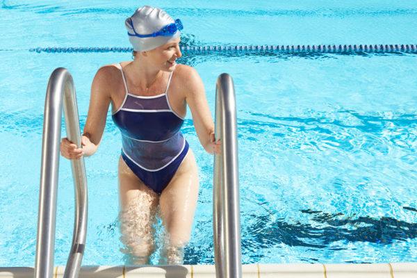 Abnehmen durch Schwimmen kann dir helfen deine Silhouette zu formen.