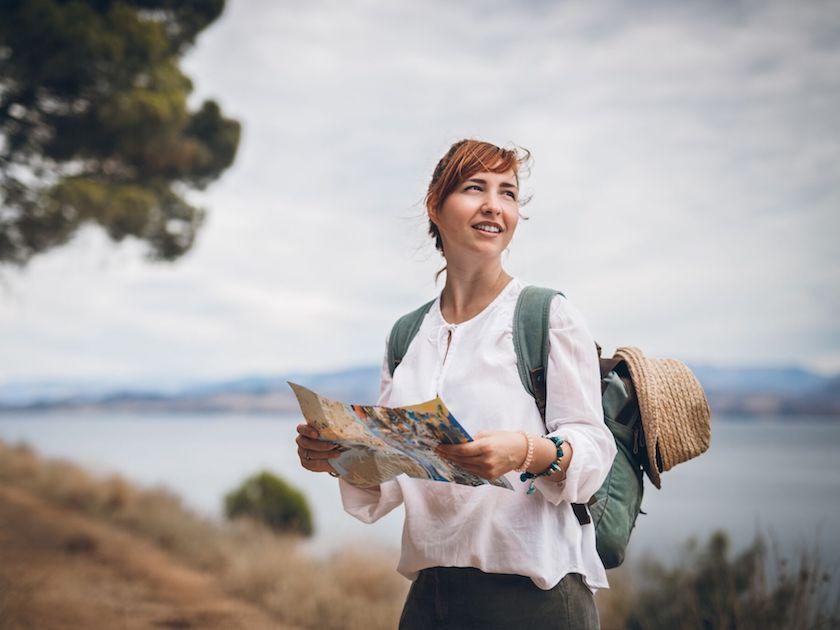 Auch eine Wanderung oder ein Spaziergang ganz alleine hilft dir, Kraft zu tanken.