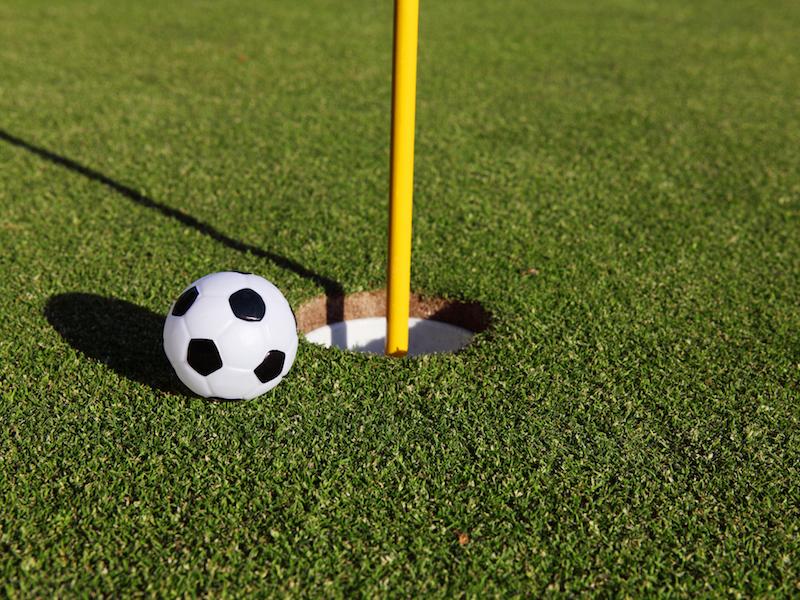 Sport mit Kindern: Fußballgolf als Alternative zum bewegungsarmen Alltag.