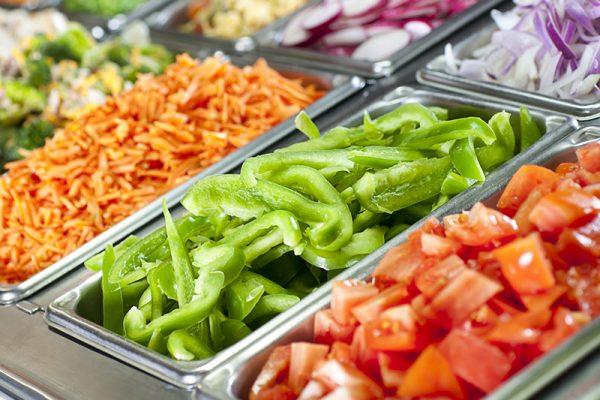 Ein üppiges Salatbüffet lädt zum Schlemmen ein.
