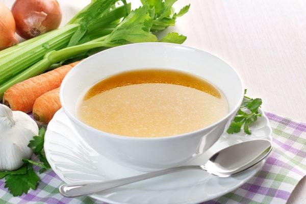 Vegane Gemüsebrühe mit Karotten, Sellerie, Thymian, Rosmarin