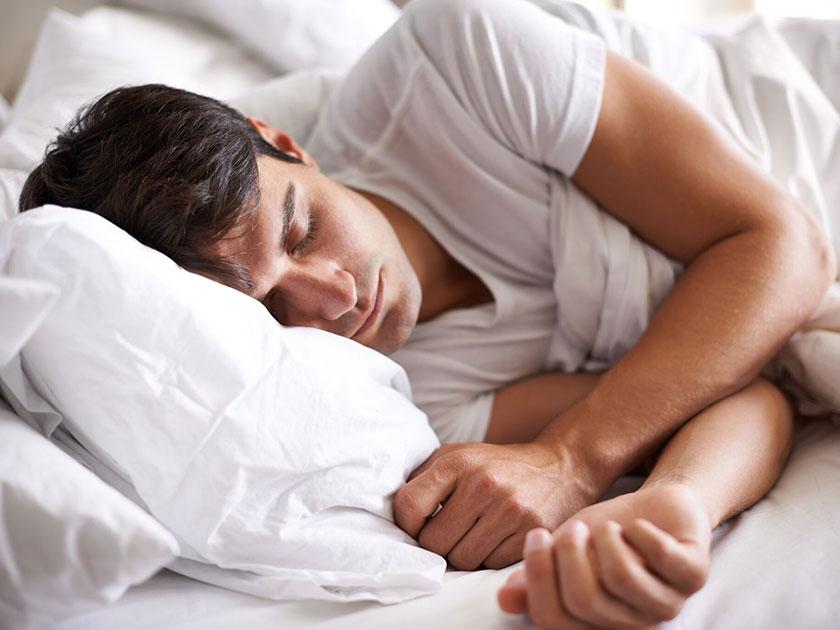 Besser schlafen und gleichzeitig die Gehirnleistung steigern.