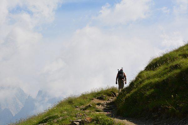 Beim Wandern kannst du Stress ablassen und verbesserst deine Gesundheit.