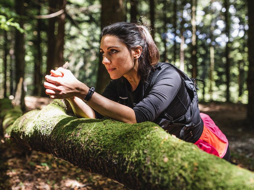 Fit im Park mithilfe von Bäumen: Der Baumsitz kräftigt deine Oberschenkelmuskulatur.