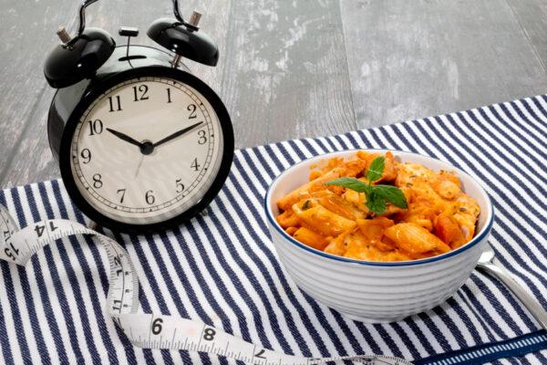 Intermittierendes Fasten hilft dir, den Stoffwechsel anzuregen und Gewicht zu verlieren.
