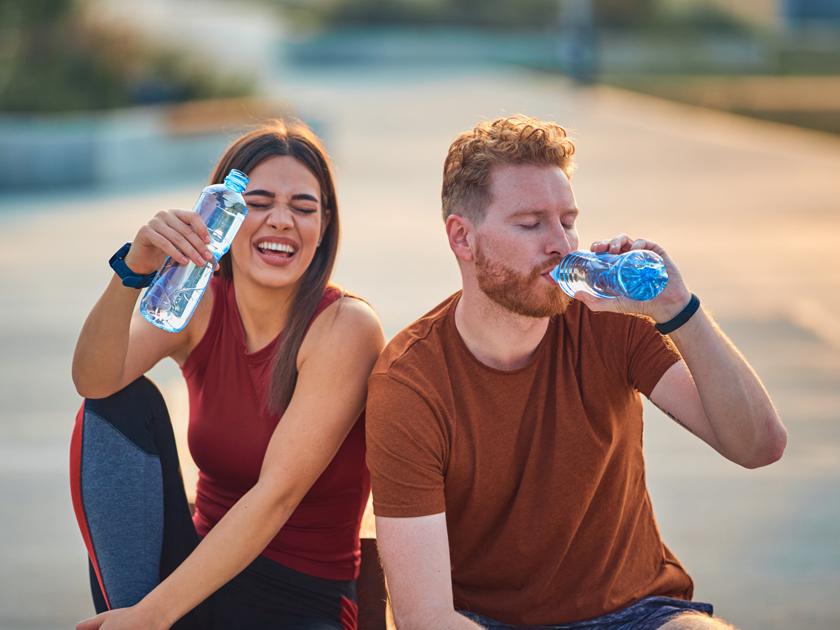 Eine ausreichende Flüssigkeitszufuhr ist während einer Hitzewelle essenziell.
