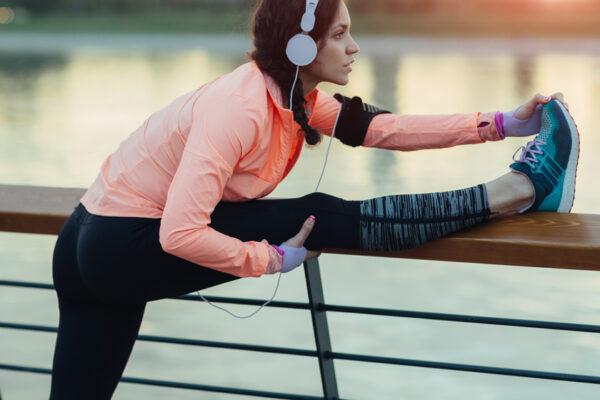 Aufwärmübungen verringern das Verletzungsrisiko und bringen deinen Kreislauf in Schwung.