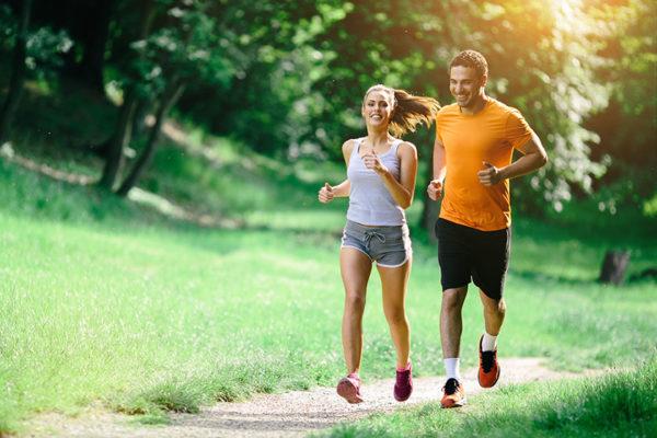 Bei Sport mit Diabetes ist eine Kombination aus Ausdauer- und Krafteinheiten zu empfehlen, da der Blutzuckerspiegel so positiv beeinflusst wird.