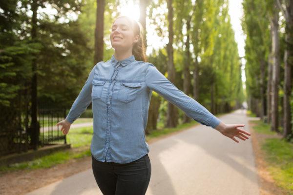 Durch eine starke Körperhaltung lässt sich das Selbstwertgefühl nachhaltig stärken.