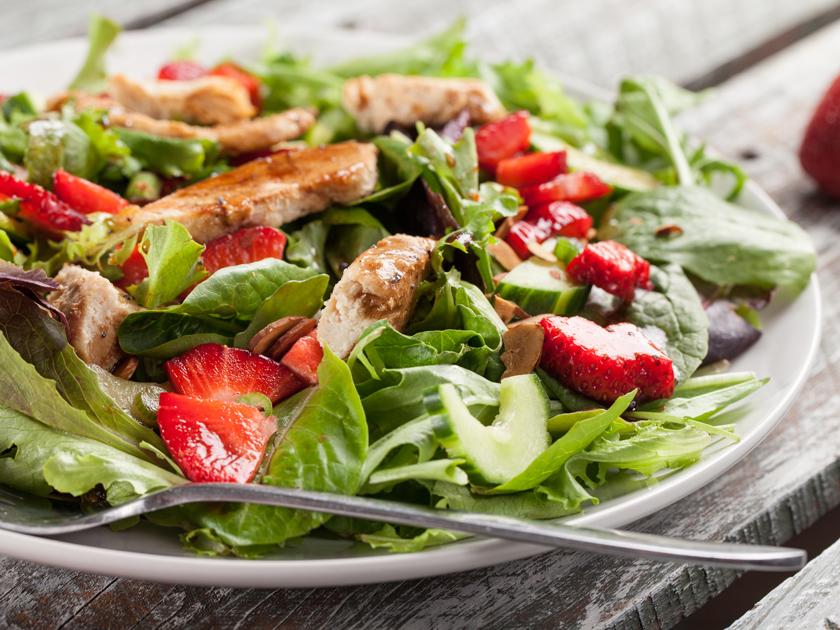 Der Apfel-Spinat-Salat ist ein leichtes Sommerrezept mit Vitaminkick.