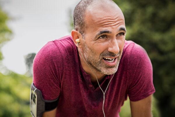 HIIT sorgt für eine intensive Belastung von Herz, Lunge und deinem gesamten Körper.