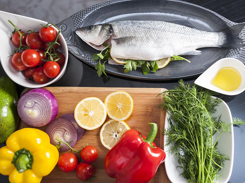 Unverarbeitete, möglichst frische Lebensmittel und hochwertige Öle bilden die Basis der Mittelmeerdiät.