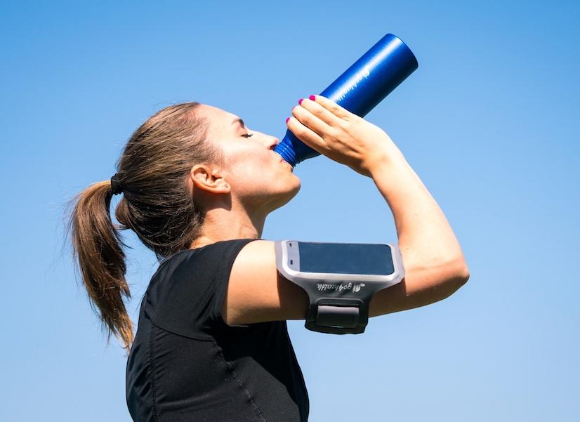 Mineralwasser und calciumhaltige Lebensmittel versorgen Muskeln und Knochen mit dem wichtigen Mineralstoff.