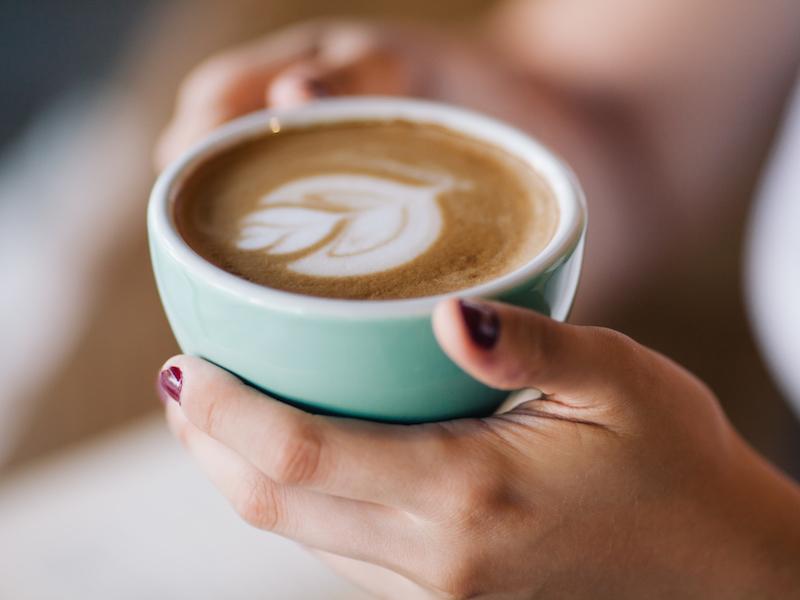 Reduzierst du den Zucker im Kaffee, kannst du auch Kalorien sparen.