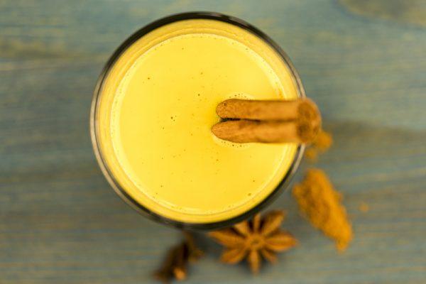 Kurkuma Latte ist ein gesunder Anti-Stress-Snack in der Arbeit