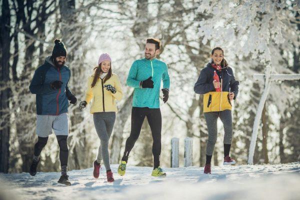 Gegen den Winterblues hilft Sport.