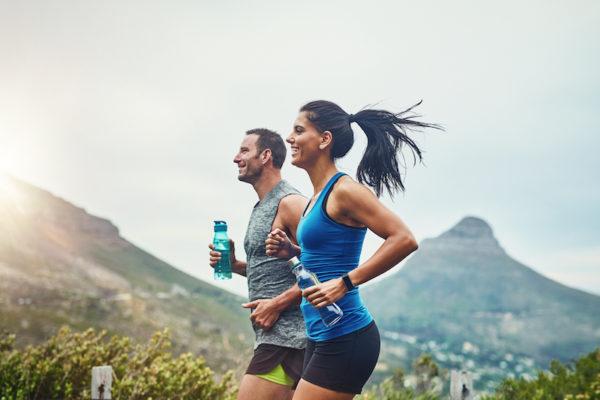 Durch den Nachbrenneffekt ist auch die Schweißproduktion nach dem Sport erhöht. Vergiss nicht zu Trinken!