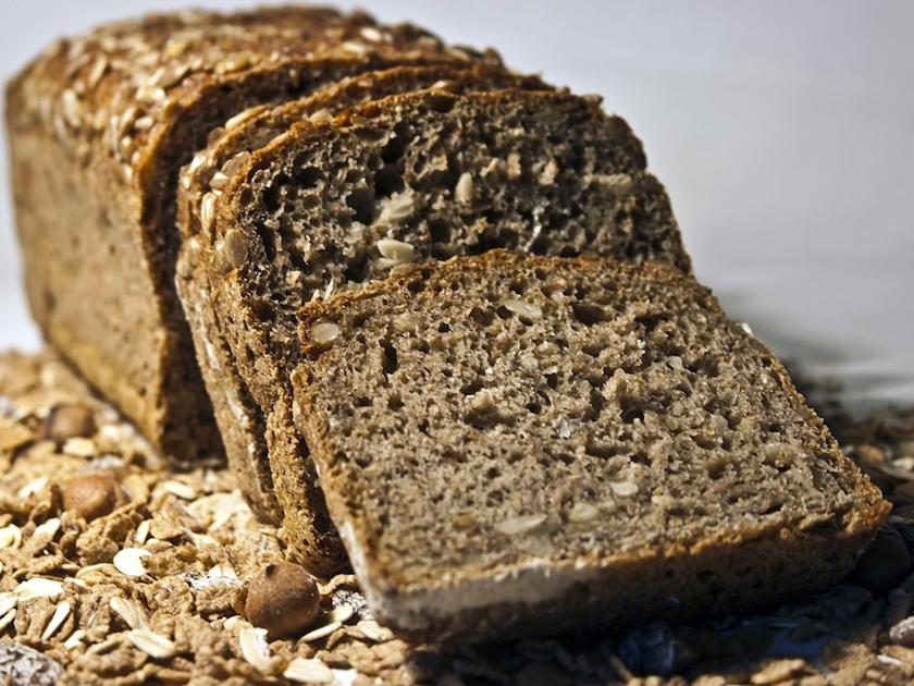 Selbstgemachtes Low Carb Brot am Abend kann helfen, besser zu schlafen.