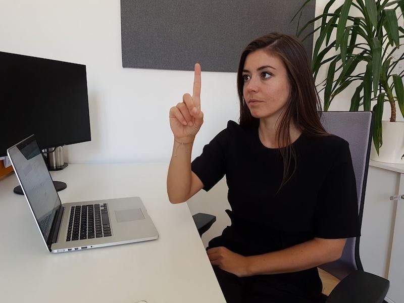 Augentraining: Den Zeigefinger zu beobachten verhilft zu starken Augen.