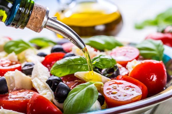 Die Mittelmeerdiät ist für viel Gemüse, Fisch und Vollkornprodukte bekannt und wirkt sich positiv auf die Gesundheit aus.