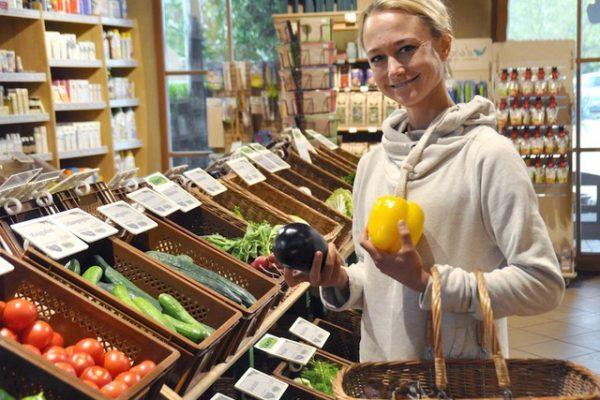 Mirjam kauft Obst & Gemüse frisch im Bio-Markt. Location: Adamah Biomarkt.