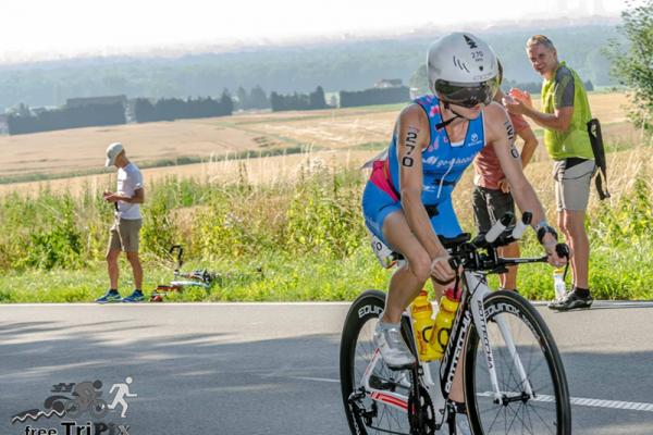Triathletin Mucki auf dem Fahrrad beim IRONMAN European Championships