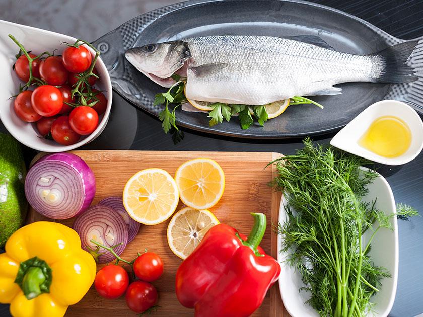 Die Mittelmeerdiät ist für viel frisches Gemüse, pflanzliche Öle und Fisch bekannt.