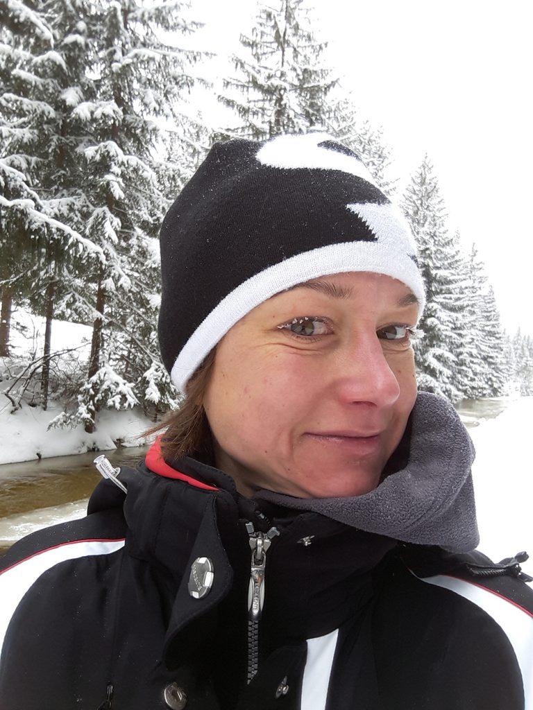Mirjam Muckenhuber ist Langlaufen im Schnee.