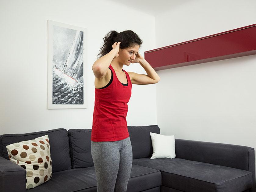 """Auch die Übung """"Nacken dehnen"""" hilft dir,  Nackenverspannungen zu mildern."""