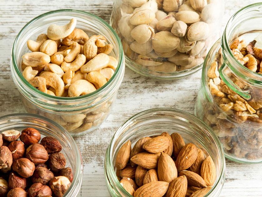 Nüsse enthalten nervenstärkende B-Vitamine, die den Stoffwechseln aktivieren.