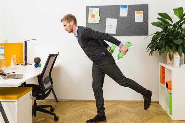 Bewegungspausen während der Arbeitszeit sind wichtig.