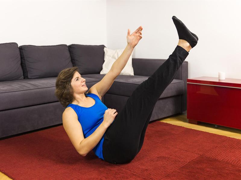 Bauch straffen mit der Übung Power-Crunch.
