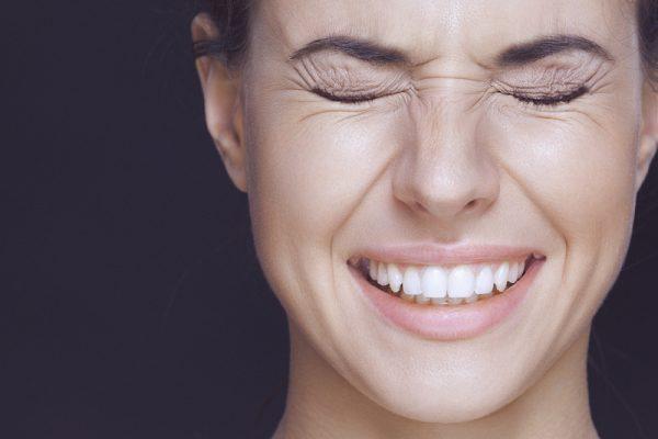 Die Gesichtsmuskeln aktiv anspannen hilft beim späteren entspannen.