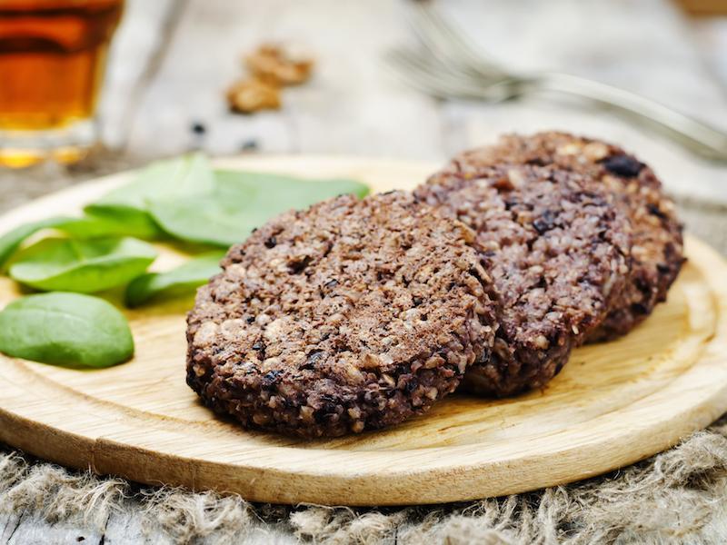 Gesunde Snacks wie Quinoabratlinge enthalten hochwertiges pflanzliches Eiweiß