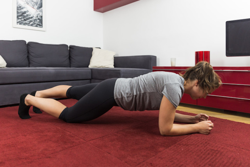 Rückenverspannungen in der Lendenwirbelsäule wirkst du am besten mit der Unterarmstütz-Variation entgegen.