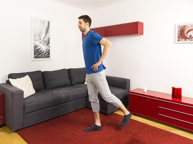 Gleichgewichtstraining mit der Übung Retro-Kick.