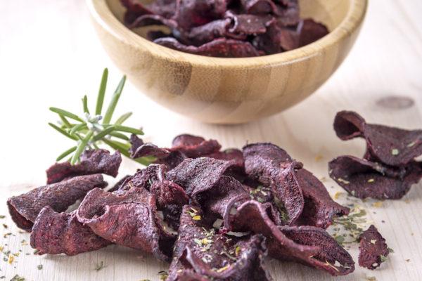 Knusprige Rote Beete Chips sind im Gegensatz zu gekauften Chips ein gesunder Snack.