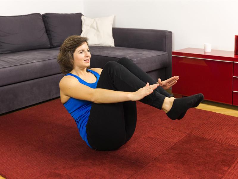 Bauch straffen mit der Übung Rudern.