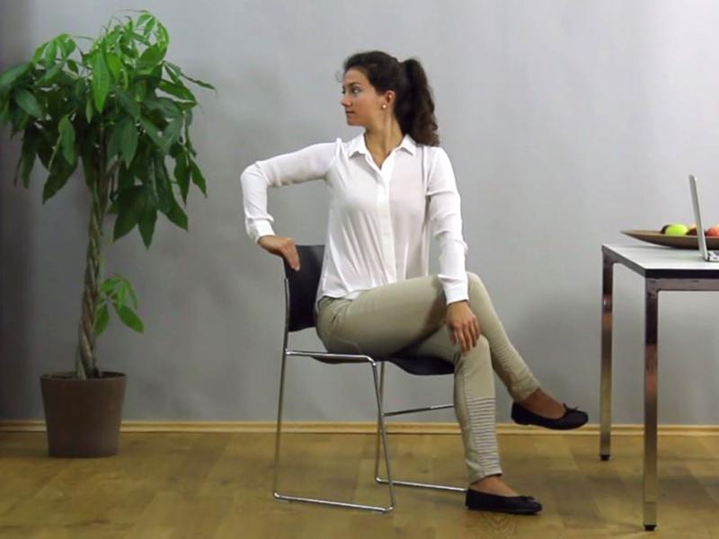 Rumpf und Gesäß mobilisieren im Büro