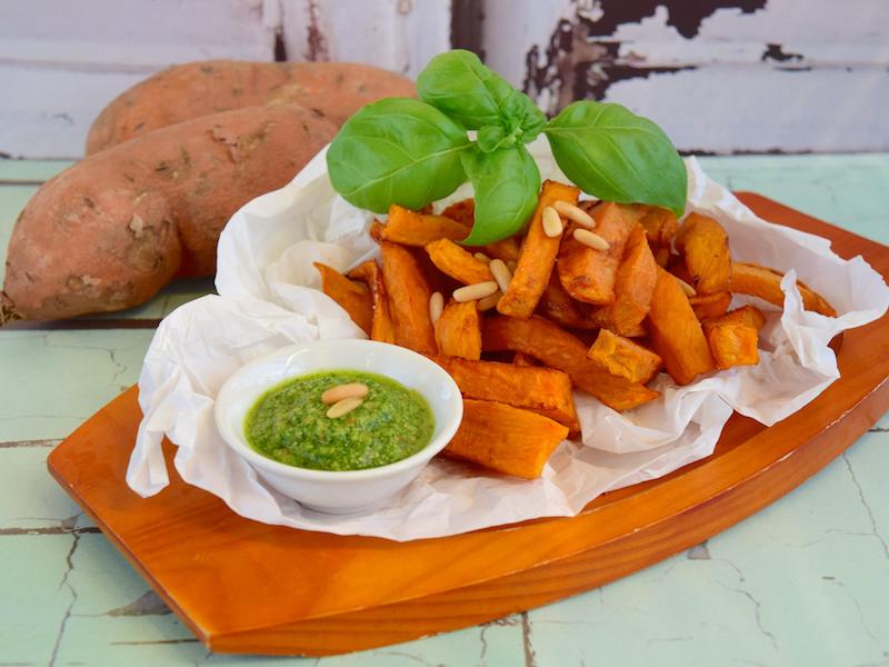 Curry-Süßkartoffelpommes mit Feldsalatcreme sind ein ballaststoffreicher und gesunder Snack für Sportler.
