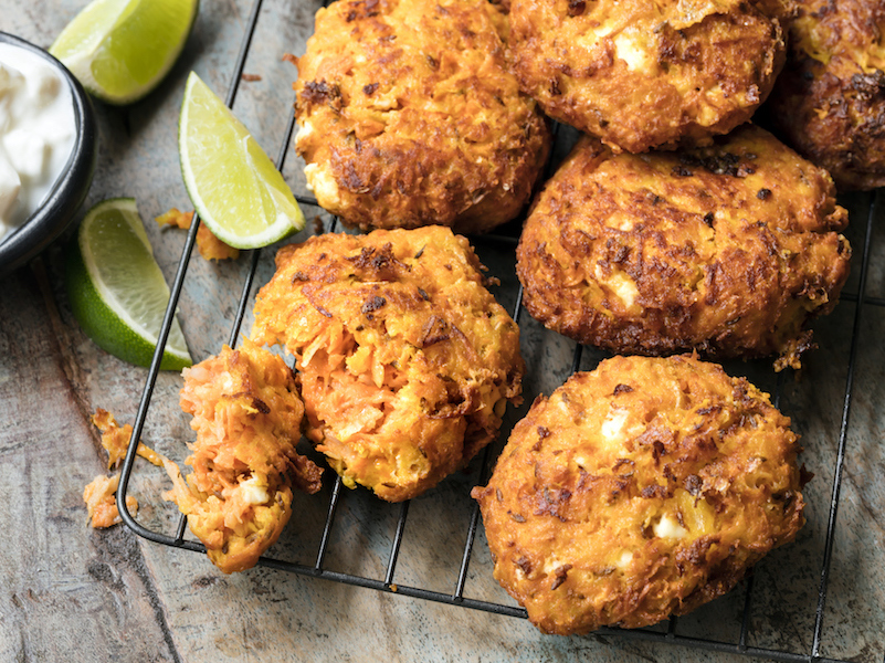 Gesunde Snacks wie Süßkartoffel-Laibchen enthalten komplexe Kohlenhydrate.