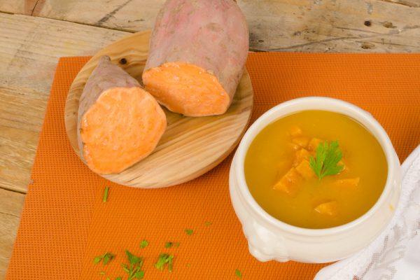 Wärmende Süßkartoffel-Chili-Suppe mit Granatapfel-Kernen.