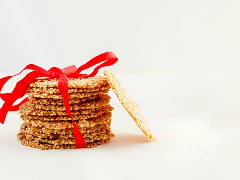 Gesunde Snacks wie Sesam-Chips enthalten Selen und Calcium für deine Gesundheit.