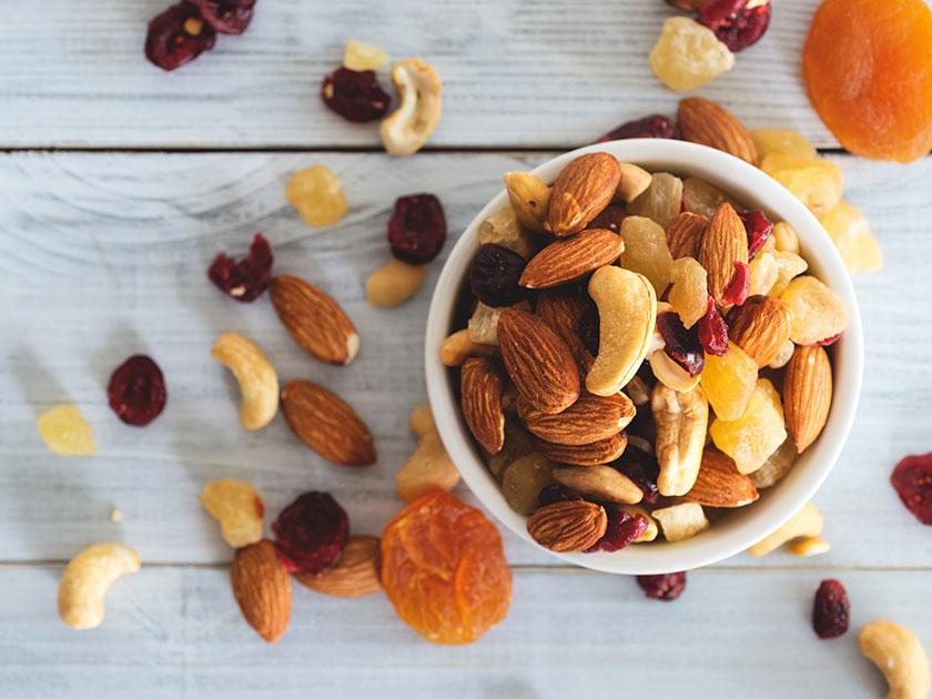 Gesunde Snacks für unterwegs wie Nüsse enthalten viele Vitamine und Mineralstoffe.